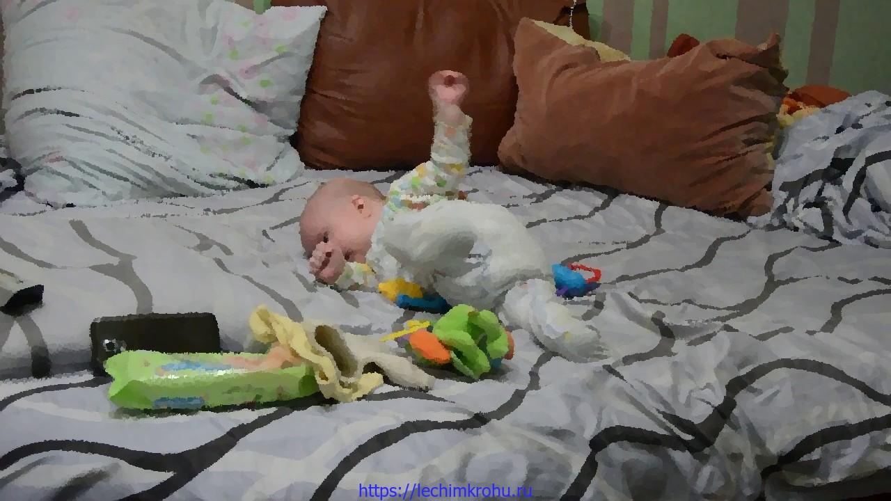ребёнок выгибает спину
