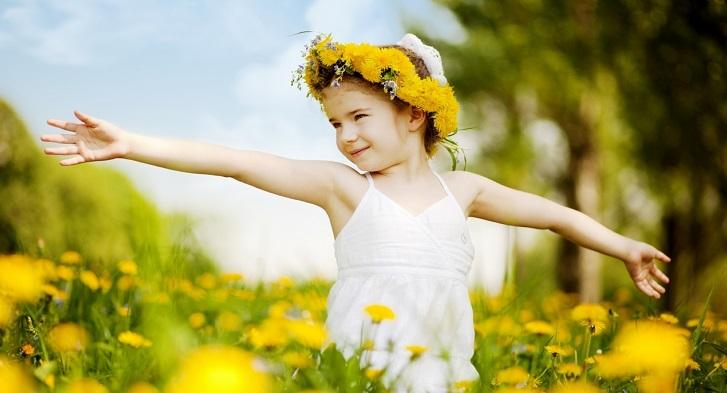 Девочка в поле одуванчиков
