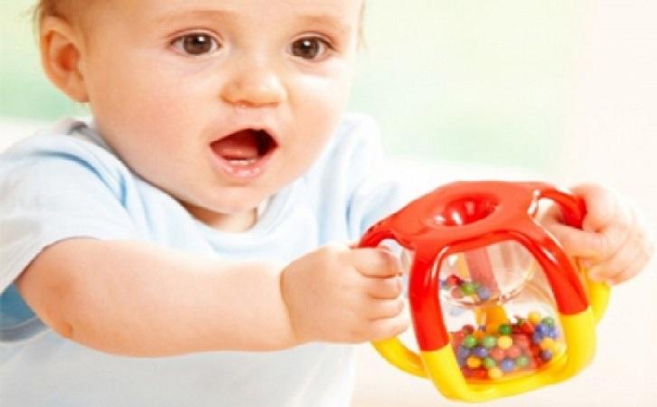 Фото ребенка с погремушкой 32